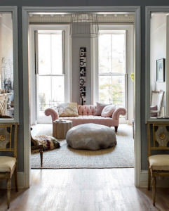 decorare_grigio_e_rosa_living_room